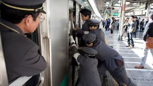 train-people-pushers-oshiya.png
