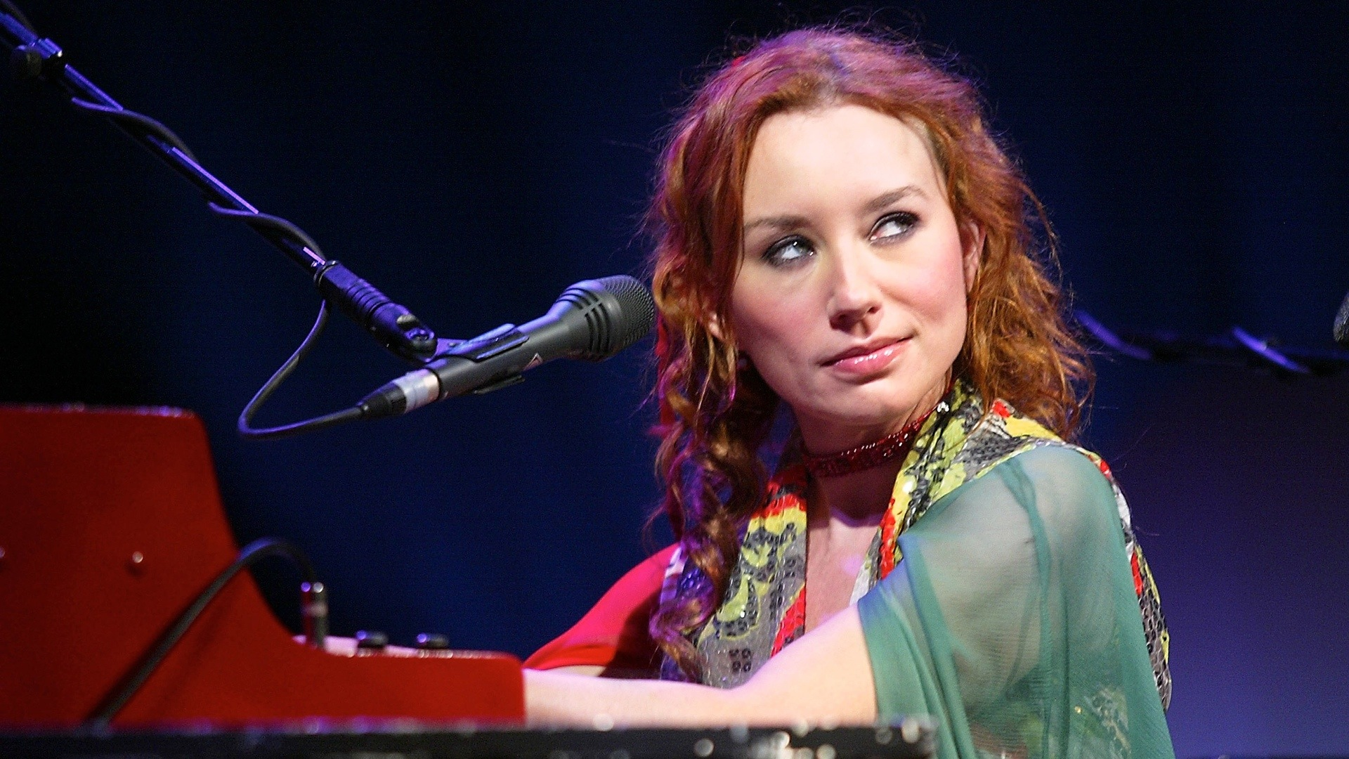 Tips: Tori Amos, 2018s dressy hair style of the beautiful sexy  musician