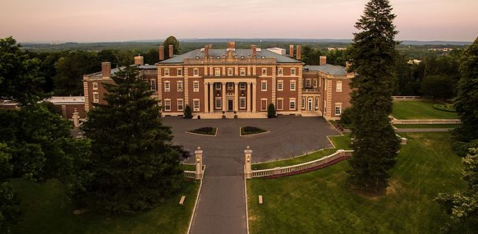 Top 10 biggest houses in america 2018 list the gazette for Largest homes in america